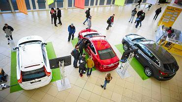 Na rynku Manufaktury stanęło osiem samochodów, znanych ze srebrnego ekranu, takich jak lamborghini czy dodge. Auta udostępnili prywatni właściciele.<p> W pasażu Manufaktury z kolei prezentowanych jest kilkadziesiąt nowych samochodów, które można kupić. Swoje stoiska mają m.in. bmw, honda i fiat.  <p>Nie zabrakło też pojazdów dla fanów jednośladów. Największe zainteresowanie wzbudzał brązowy Harley-Davidson za ponad 110 tys. zł. W ekspozycji znalazły się też rowery elektryczne. Ich ceny wahały się od 3 tys. do prawie 7 tys. zł.