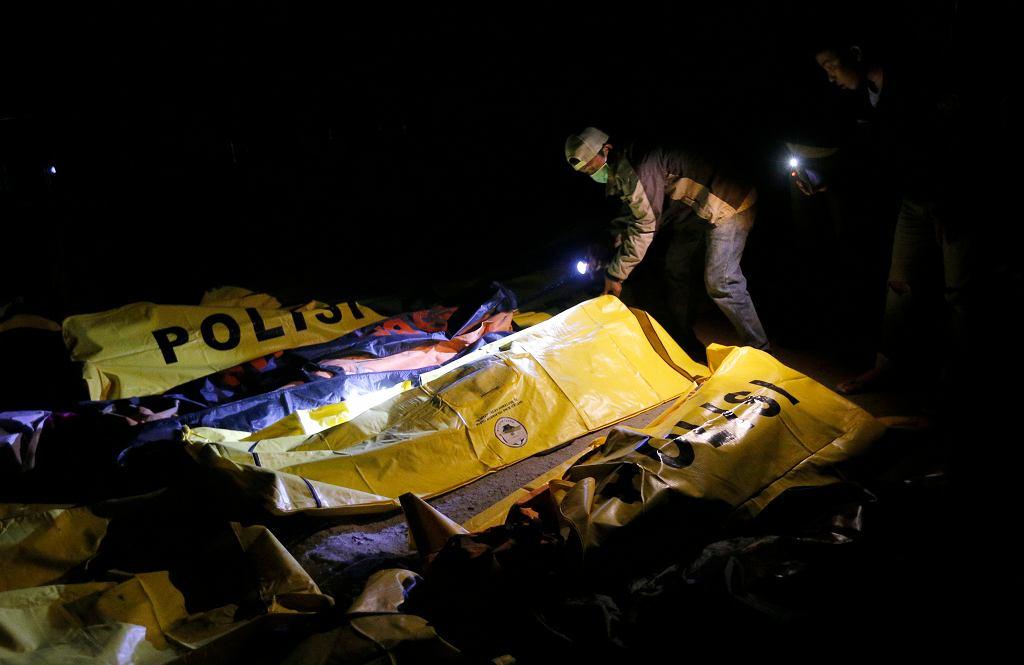 Indonezja po trzęsieniu ziemi - ludzie szukają ciał bliskich w Palu
