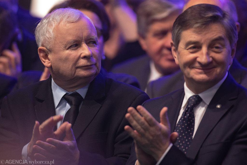 Prezes PiS Jarosław Kaczyński i jego partyjny podwładny marszałek Sejmu Marek Kuchciński podczas konwencji Prawa i Sprawiedliwości. Warszawa, 23 lutego 2019