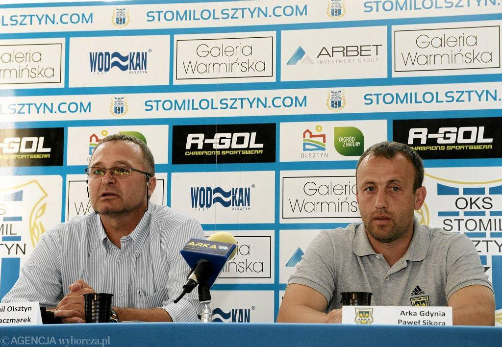 Z prawej trener Arki Paweł Sikora, obok trener Stomilu Zbigniew Kaczmarek