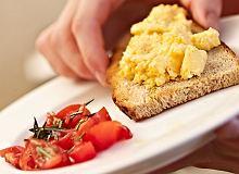 Puszysta jajecznica chrzanowa - ugotuj