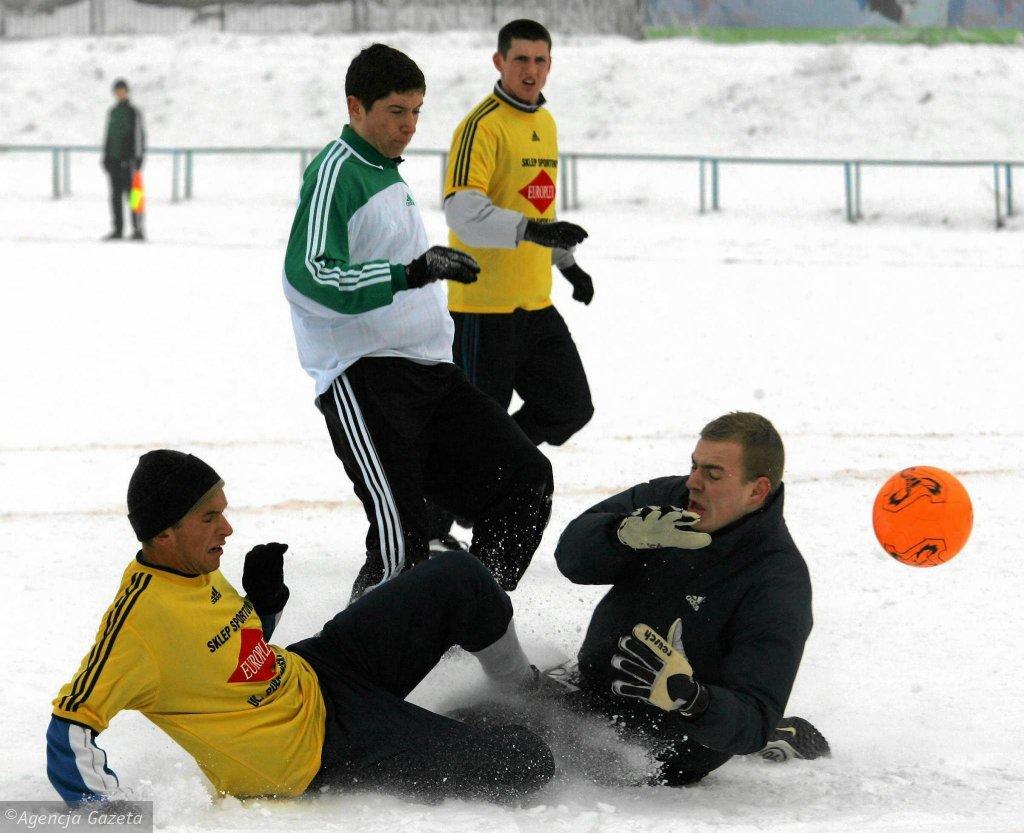 To pierwsze zdjęcie Roberta Lewandowskiego (w biało-zielonej koszulce), jakie opublikowaliśmy w 'Gazecie Wyborczej'. W styczniu 2006 r. Legia II pokonała Polonię II 5:0 w półfinale Pucharu Prezydenta Warszawy, a wszystkie gole strzelił 18-letni wówczas napastnik. W finale legioniści ulegli Okęciu 0:2, a na najlepszego zawodnika turnieju wybrano Marka Bystrosa z Gwardii.