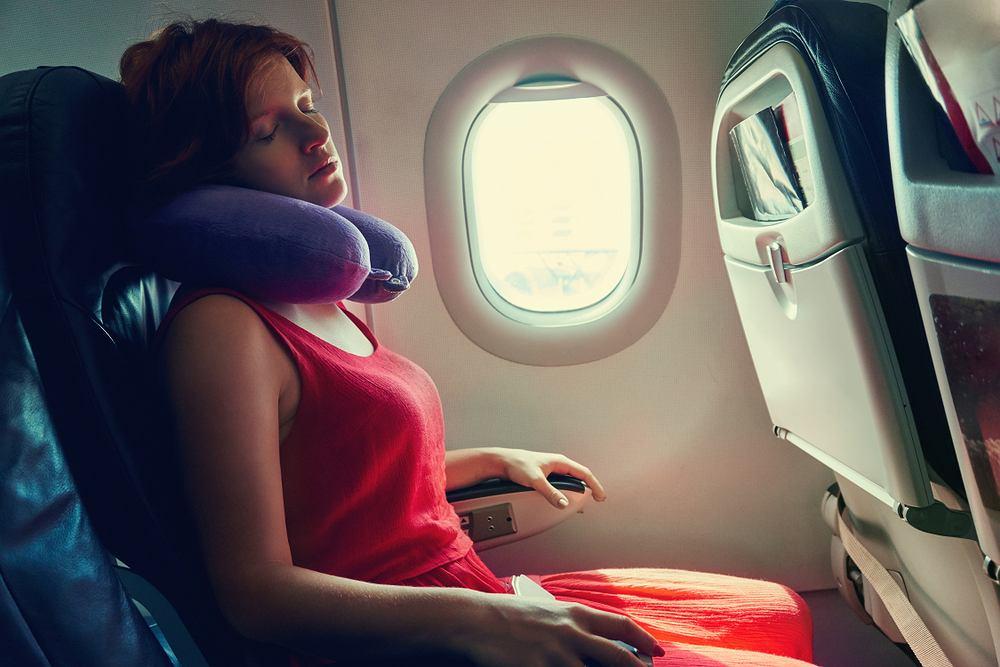 Większość osób źle używa poduszki podróżnej