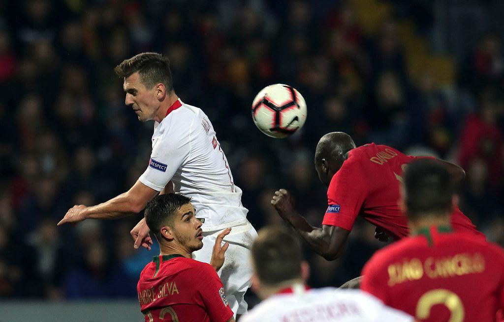 Arkadiusz Milik i Danilo podczas meczu Portugalia - Polska. Guimaraes, 20 listopada 2018