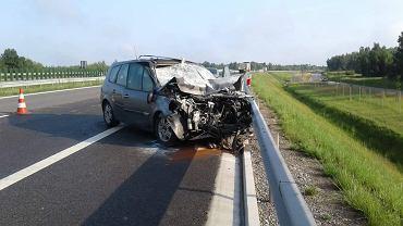 Skarżysko-Kamienna, 17.07.2021. Wypadek na ekspresowej S7. Renault scenic wjechał w tył ciężarówki przewożącej wapno