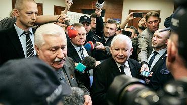 Sąd Okręgowy w Gdańsku. Lech Wałęsa i Jarosław Kaczyński przed salą sądową