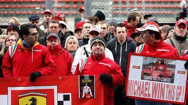 45-letni były mistrz świata Formuły 1 Michael Schumacher długo pozostawał w śpiączce po narciarskim wypadku we Francji. Fani Niemca i Ferrari zebrali się na torze w Spa, aby oddać cześć kierowcy. Właśnie wysłuchują przemówienia