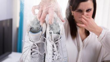 Z butów wydobywa się nieprzyjemny zapach? Trzy sposoby, dzięki którym szybko się go pozbędziesz