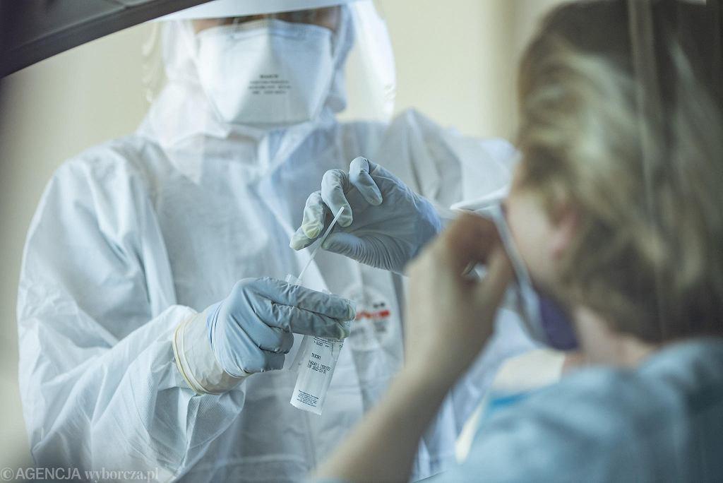 Pandemia koronawirusa. Mobilny punkt pobierania wymazów do badań na obecność Covid-19. Poznań, 16 kwietnia 2020