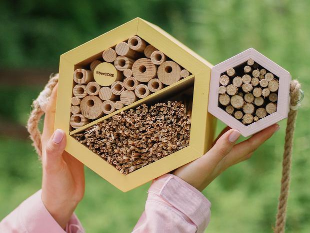 #beeYOPE 2020 jest dedykowane pszczołom samotnicom oraz pozostałym zapylaczom i owadom, żyjącym w dużych miastach. Kupując produkty Kwiat Lipy, każdy może dołożyć cegiełkę do akcji, w której budowane są hotele dla owadów.