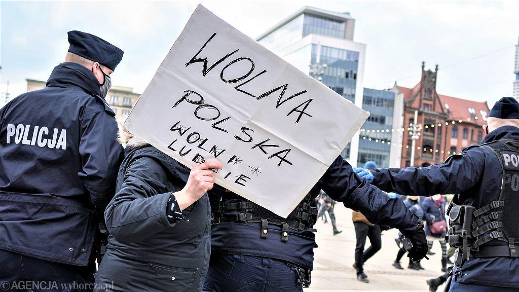 Demonstracja antyszczepionkowców