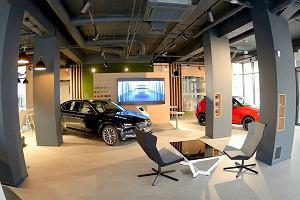 Byliśmy w samochodowym salonie przyszłości - kawa, wielkie ekrany, i tylko 3 auta