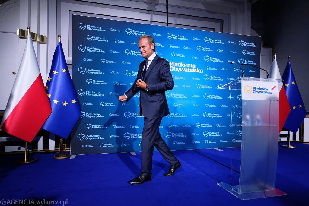 Donald Tusk, zawsze ubrany stosownie do okazji, stylem i jakością ubioru nie odbiega od innych polityków o światowym formacie