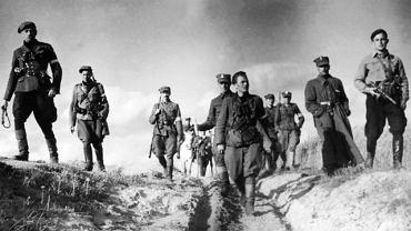 Wileńszczyzna, rok 1944, szefostwo 5. Wileńskiej Brygady AK w marszu. Pierwszy z lewej jej dowódca Zygmunt Szendzielarz 'Łupaszka', już wkrótce jeden z 'żołnierzy wyklętych'
