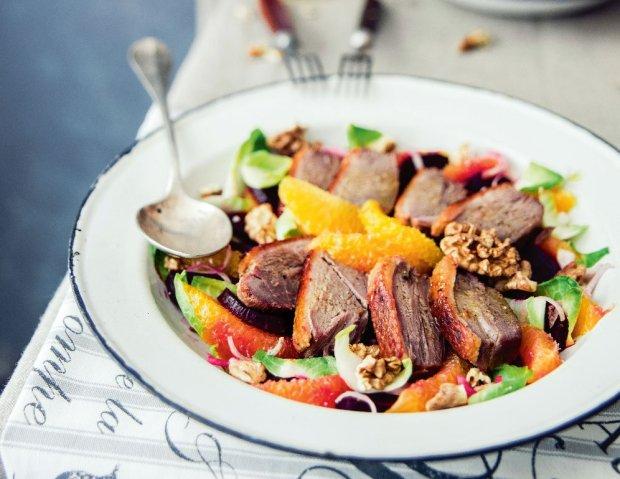 Sałatka z mięsem - nie tylko z kurczakiem. 7 wyjątkowych przepisów