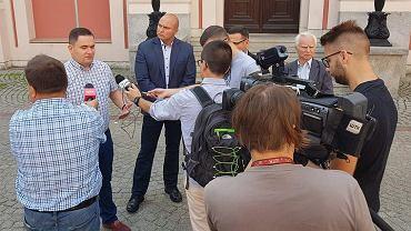 Szef rady miejskiej SLD Bartosz Kaczmarek (na środku, w granatowej marynarce) startował w wyborach do rady miasta z listy komitetu Jarosława Pucka.