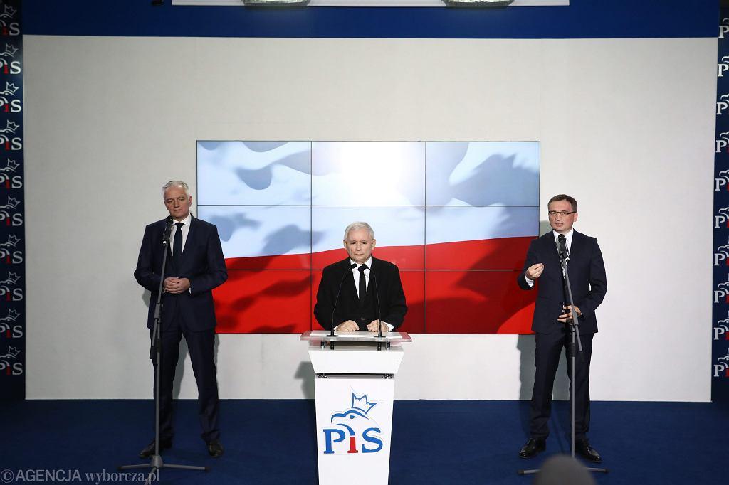 Wystąpienie liderów Zjednoczonej Prawicy. Jarosław Kaczyński, Jarosław Gowin i Zbigniew Ziobro w kwaterze głównej PiS przy ul. Nowogrodzkiej w Warszawie, 21 października 2017