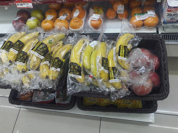 Japonia. Owoce zapakowane pojedynczo w folię to norma
