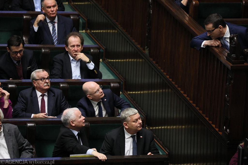 Prezes PiS Jarosław Kaczyński i premier Mateusz Morawiecki podczas pierwszego czytania projektu ustawy przeciwdziałającej wzrostowi cen prądu. Warszawa, Sejm, 28 grudnia 2018