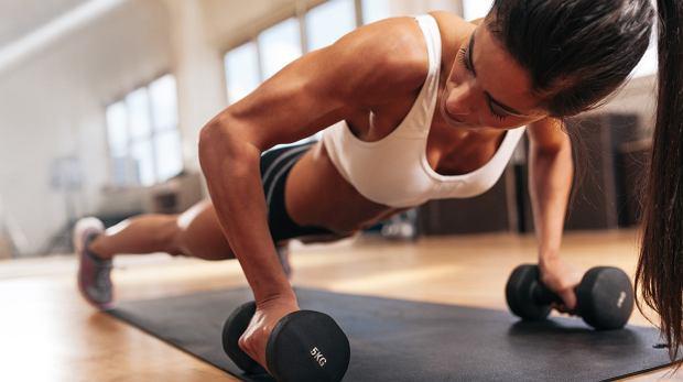 W trakcie treningu pompek należy pamiętać, żeby nie opuszczać bioder i nie wypinać pupy.