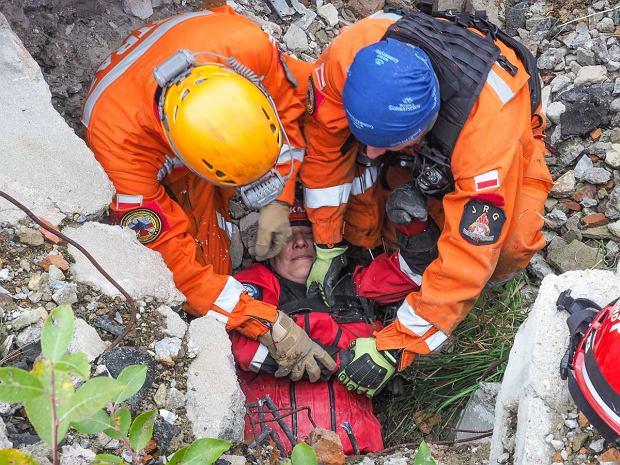 Zdjęcie numer 0 w galerii - Trzęsienie ziemi w Wałbrzychu. Strażacy ćwiczyli w ruinach Fabryki Porcelany Książ [ZDJĘCIA]