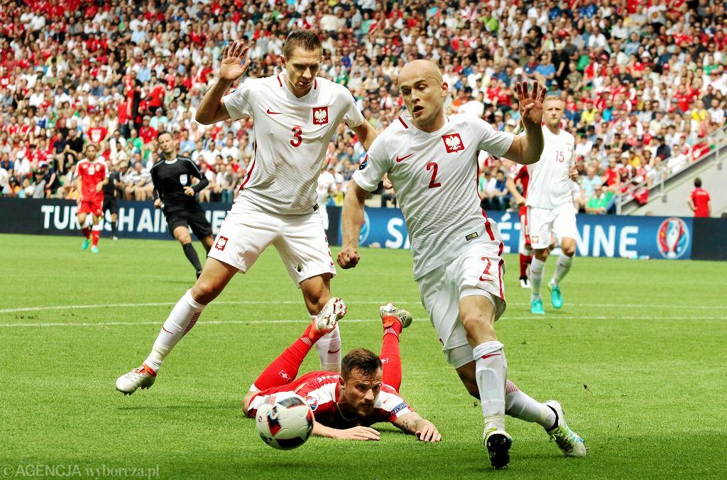 Polscy obrońcy w kolejnej skutecznej akcji - rywala ze Szwajcarii zneutralizowali Michał Pazdan i Artur Jędrzejczyk, z tyłu przygląda się Kamil Glik