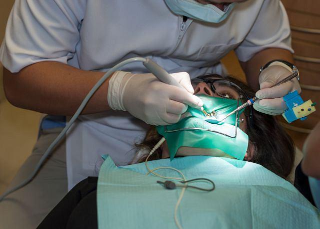 Endodoncja zajmuje się przede wszystkim leczeniem kanałowym