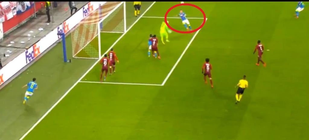 Arkadiusz Milik strzela gola z Salzburgiem