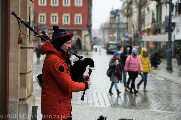 Zdjęcie numer 30 w galerii - Tłumy na Rynku we Wrocławiu. Spacery z jedzeniem na wynos i puszczanie baniek