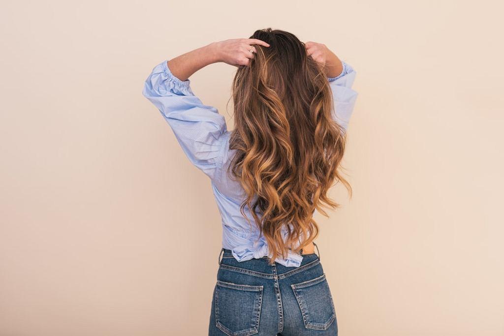 Jak stylizować włosy bez wysokiej temperatury?