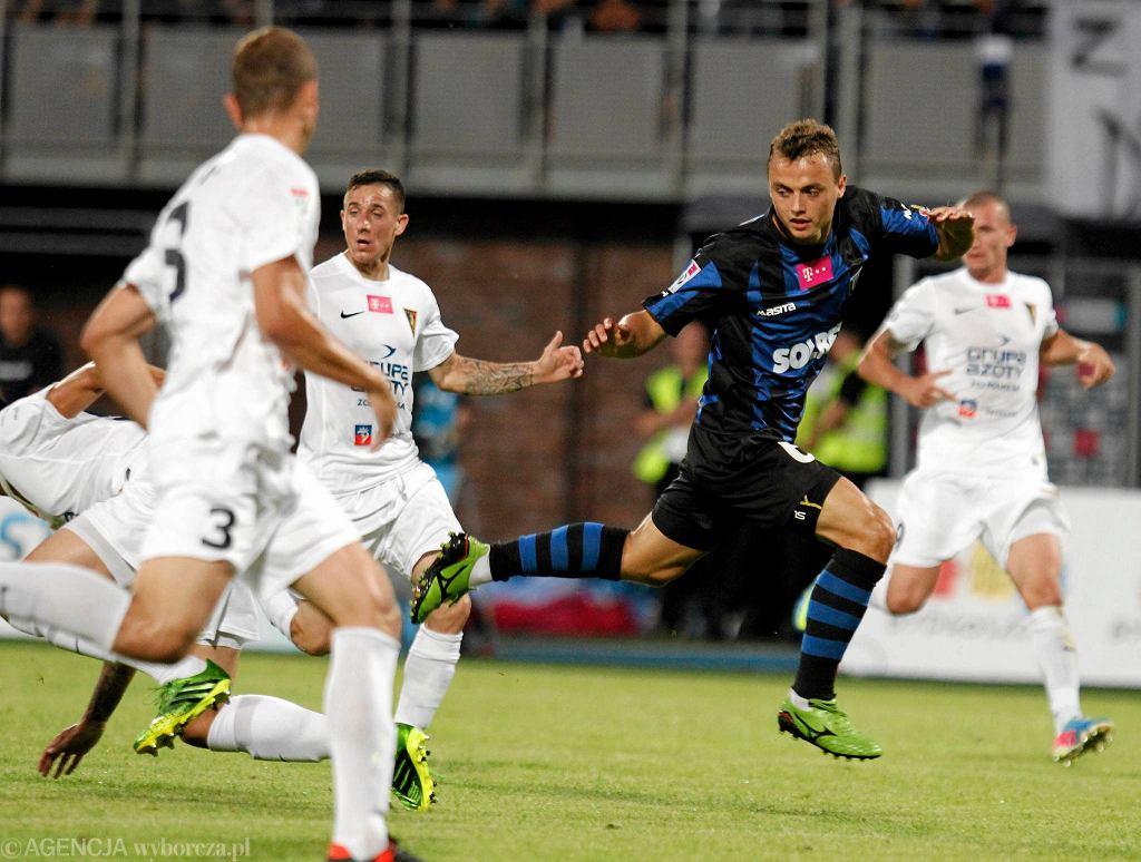 Michał Masłowski (ciemna koszulka) walczy o piłkę