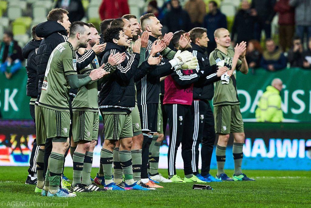 Lechia Gdańsk - Legia Warszawa 1:2. Michał Kucharczyk (na pierwszym planie) strzelcem dwóch goli