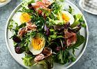 Sałatka z szynka parmeńską i jajkiem na twardo