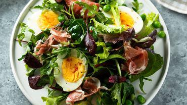 Sałatka z szynką parmeńską i jajkiem