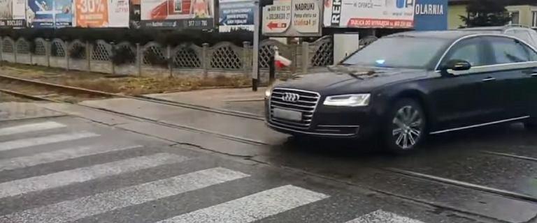 Kolumna SOP przejechała przez przejazd, inne auta czekały. Policja wyjaśnia