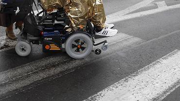 Wózek elektryczny dla osób z niepełnosprawnością (zdjęcie ilustracyjne)