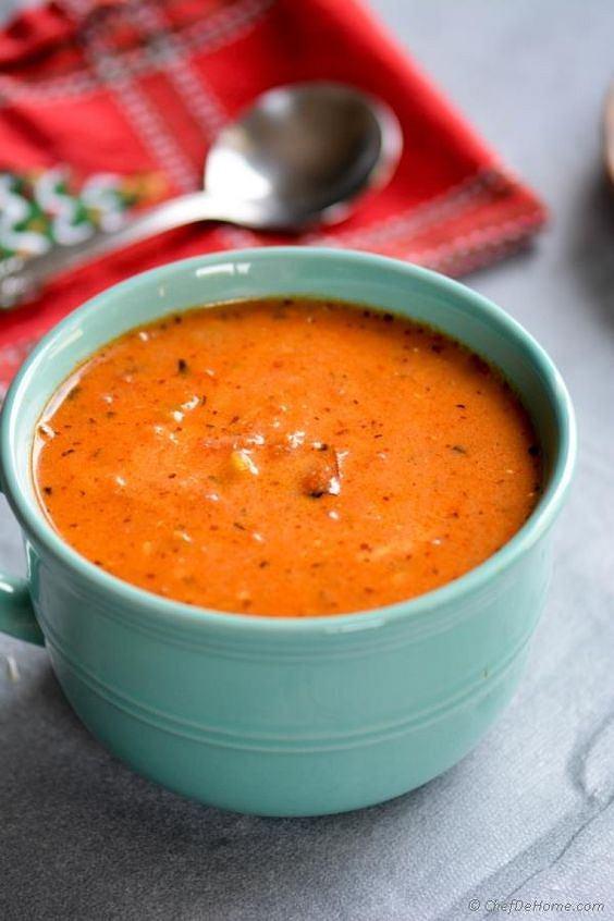 Zupa-krem z pomidorów jest bardzo zdrowa, lekka i sycąca.