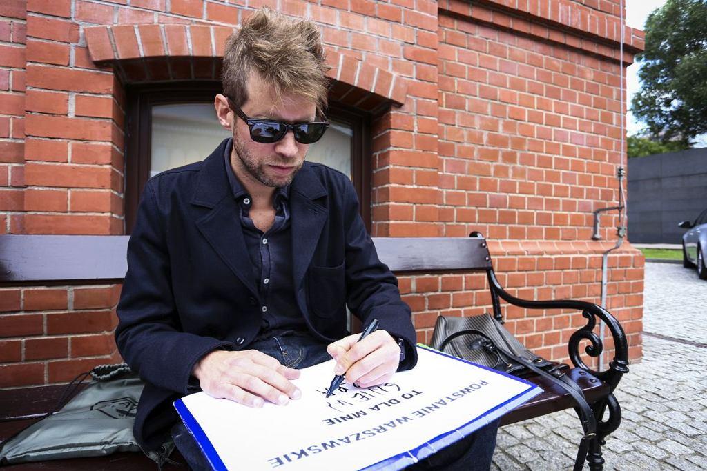 Jan Śpiewak wpisuje dokończenie zdania