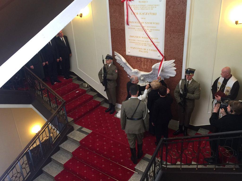 Tablicę w Kancelarii Premiera razem z Jarosławem Kaczyńskim odsłaniali przedstawiciele rodzin Przemysława Gosiewskiego i Zbigniewa Wassermanna