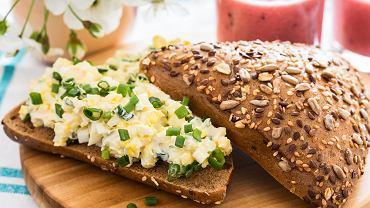 Pasta jajeczna to pasta do smarowania pieczywa, wykonana z jajek ugotowanych na twardo, szczypiorku, niedużej ilości majonezu i odrobiny musztardy, chociaż w każdym domu ten przepis może się nieco różnić.