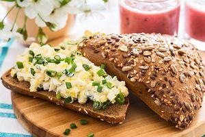 Pasta jajeczna na śniadanie lub kolację. Jak ją przygotować i z czym najlepiej podawać?