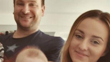 Ania i Grzesiek Bardowscy pozują z dziećmi.