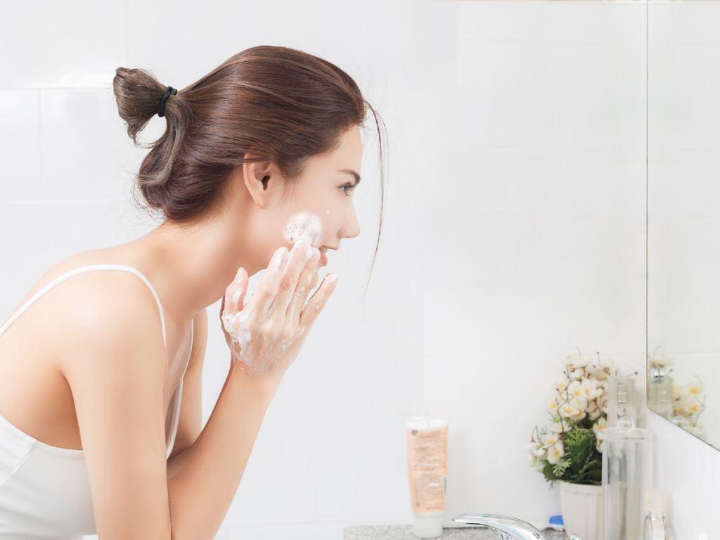 Mycie twarzy płynem do higieny intymnej