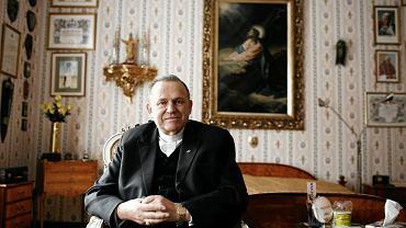 Ksiądz prałat Henryk Jankowski w swoim mieszkaniu na terenie Kurii Św. Brygidy