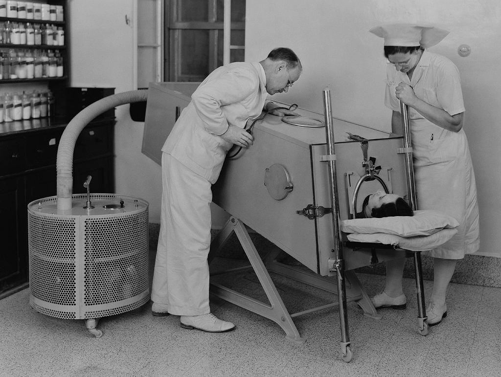 Współczesne respiratory w niczym nie przypominają tych pierwszych, które 'wymuszały' proces oddychania, naciskając bezpośrednio na klatkę piersiową chorego. Na zdjęciu: pacjent z polio w żelaznym płucu, Szpital Misyjny w Palestynie, marzec 1940 rok.