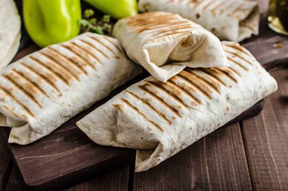 Burrito w tradycyjnym przepisie jest dość skromne, bo zawiera ryż, różne rodzaje fasoli i mięso