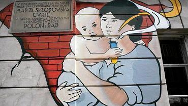Mural poświęcony Marii Skłodowskiej-Curie na kamienicy przy ul. Freta