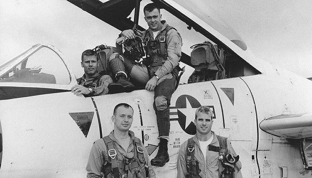 John McCain (po prawej na dole) podczas szkolenia na pilota US Navy