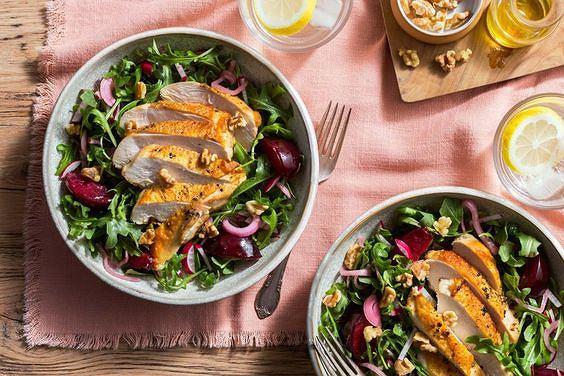 Pierś z kurczaka i śliwki to doskonałe składniki sałatki