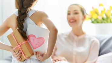 Laurka na Dzień Matki jest bardzo kreatywnym prezentem. Zdjęcie ilustracyjne, Yuganov Konstantin/shutterstock.com